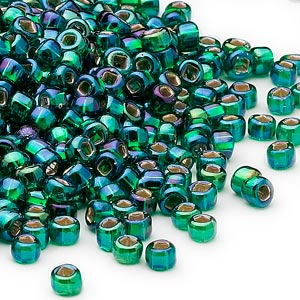 seed bead, dyna-mites™, glass, silver-lined translucent rainbow emerald green, #6 round with square hole. sold per 1/2 kilogram pkg.